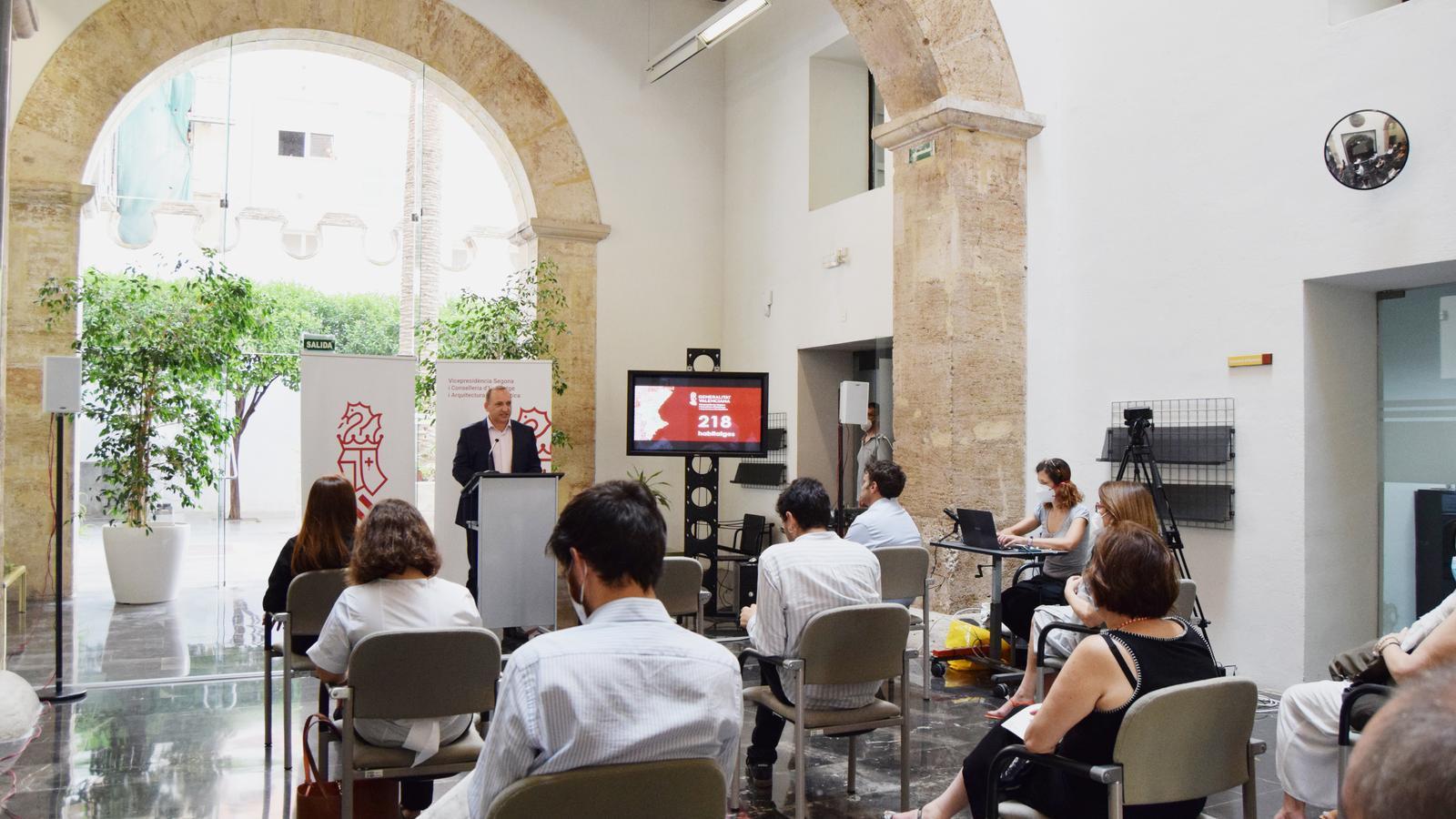 El vicepresident segon i conseller d'Habitatge i Arquitectura Bioclimàtica, Rubén Martínez Dalmau, durant l'anunci de la compra de 218 habitatges que el Banc Sabadell tenia previst vendre al fons de capital risc Cerberus