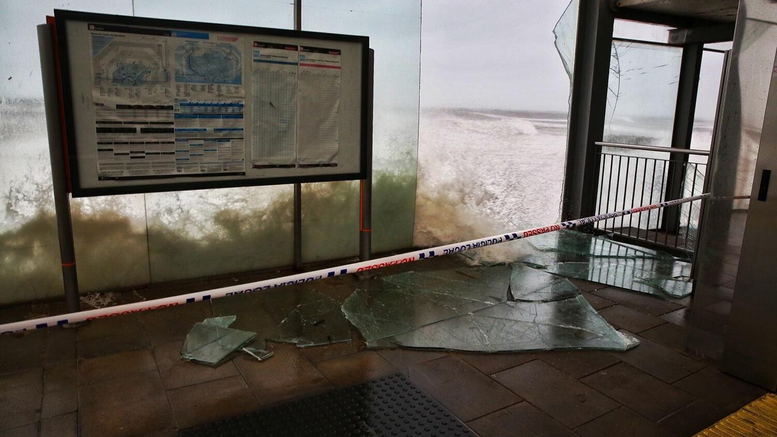 L'estació de trens de Rodalies a Premià de Mar va ser una de les grans afectades per les onades.