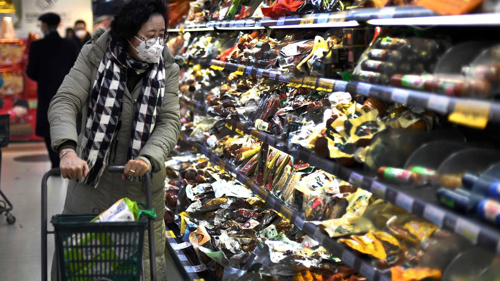 Una dona amb una mascareta en un supermercat a Pequín.