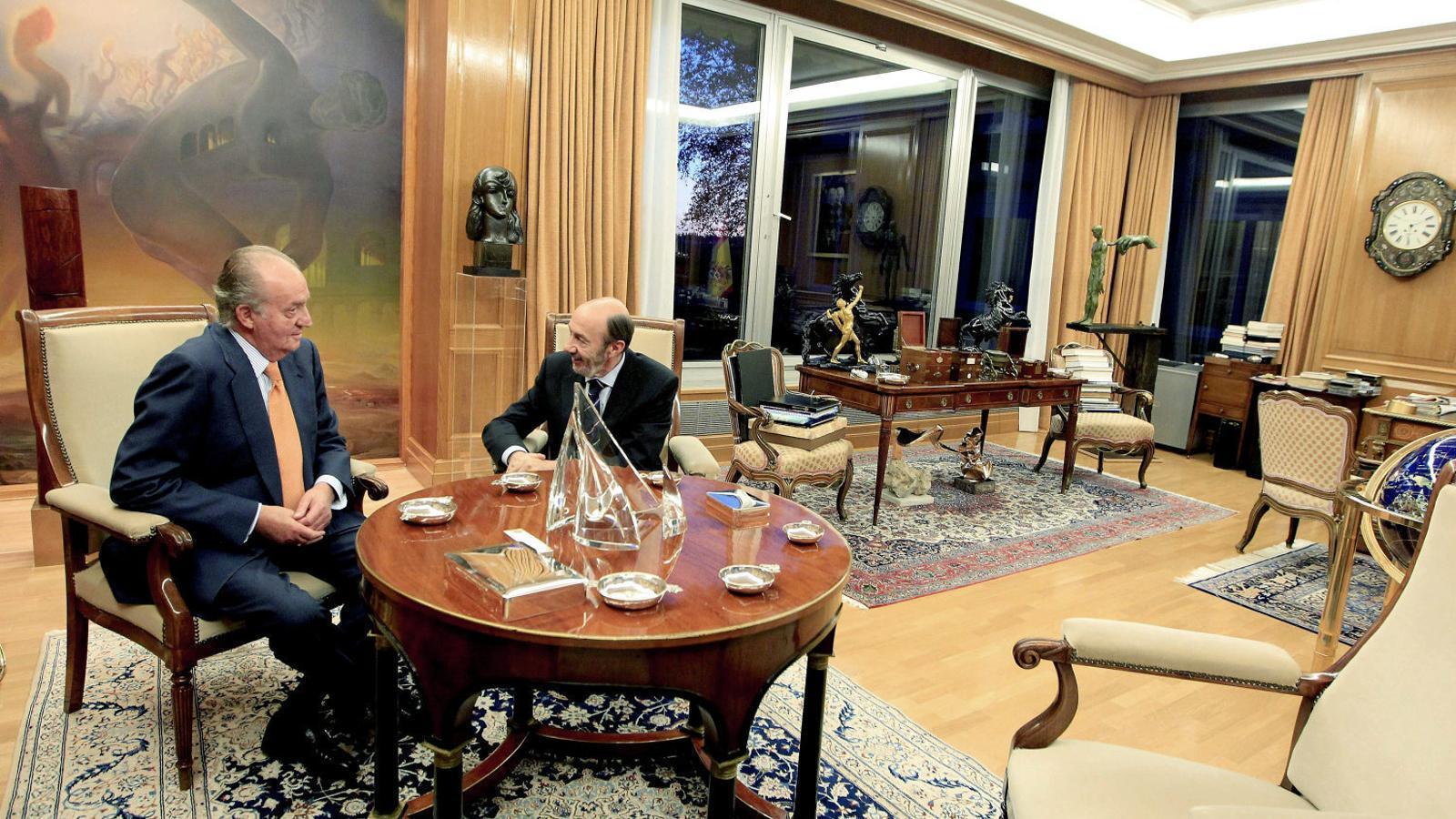 Audiència de Joan Carles I amb Rubalcaba en la ronda de consultes prèvia a la investidura de Rajoy del 2011.