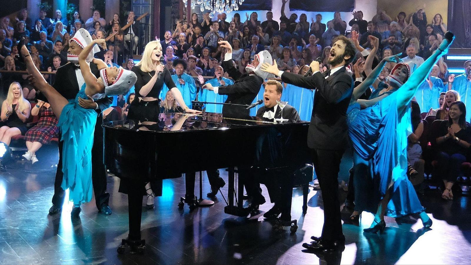 James Corden, Sophie Turner i Josh Groban cantant Baby shark.