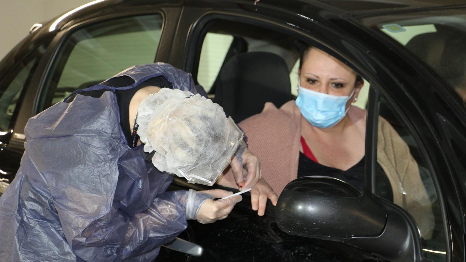 Una ciutadana se sotmet al test d'anticossos. / E. C.