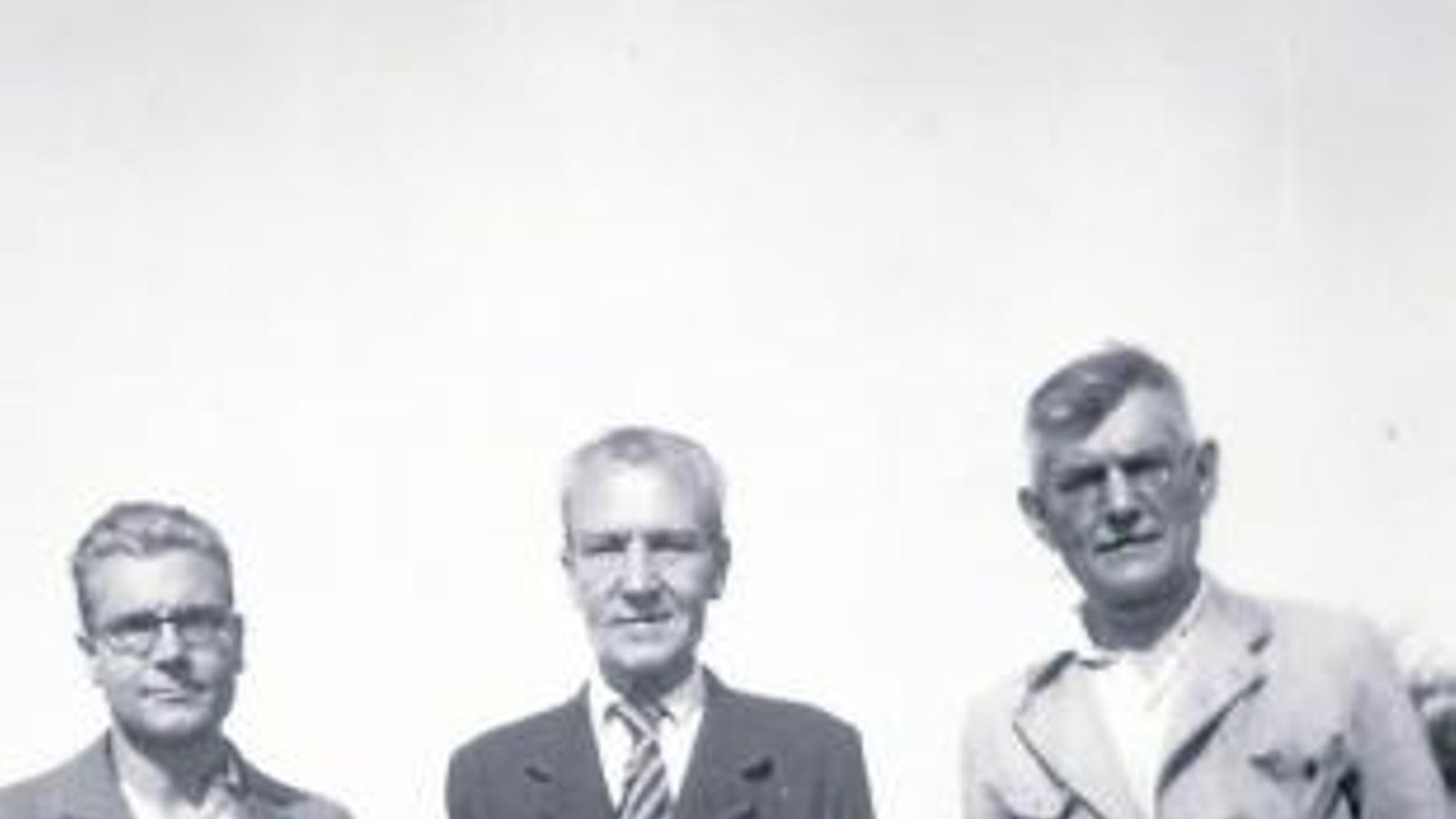 Heribert Barrera amb el seu pare, Martí Barrera, al mig, el 1940, en una imatge a l'exili.