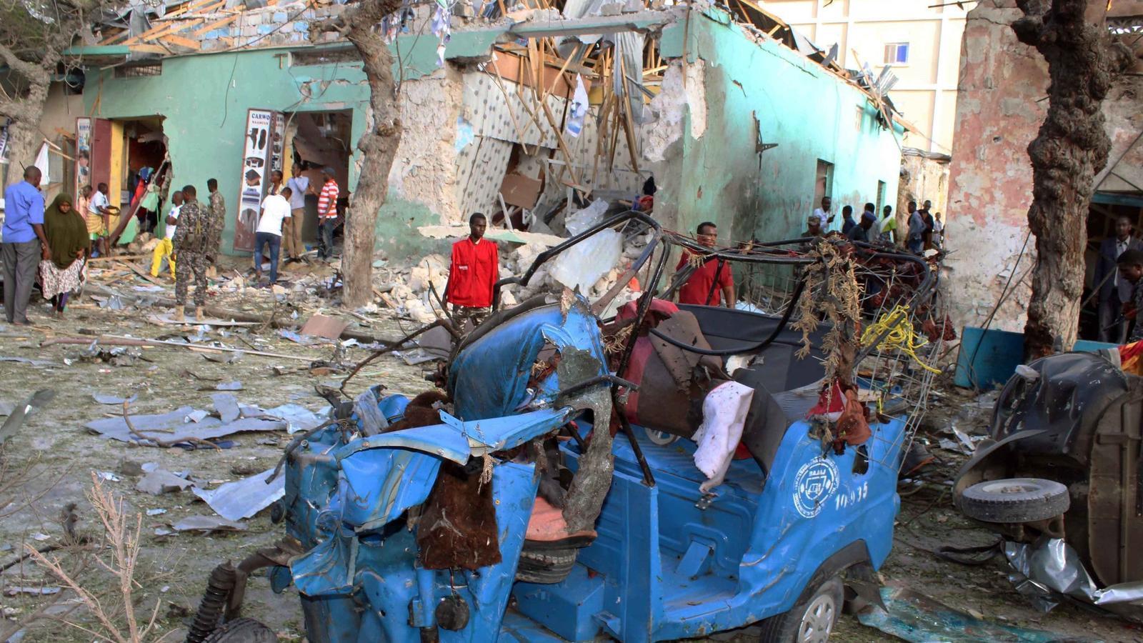 Un grup de ciutadans observa la destrucció de l'atemptat a l'Hotel Wehliye de Mogadiscio.