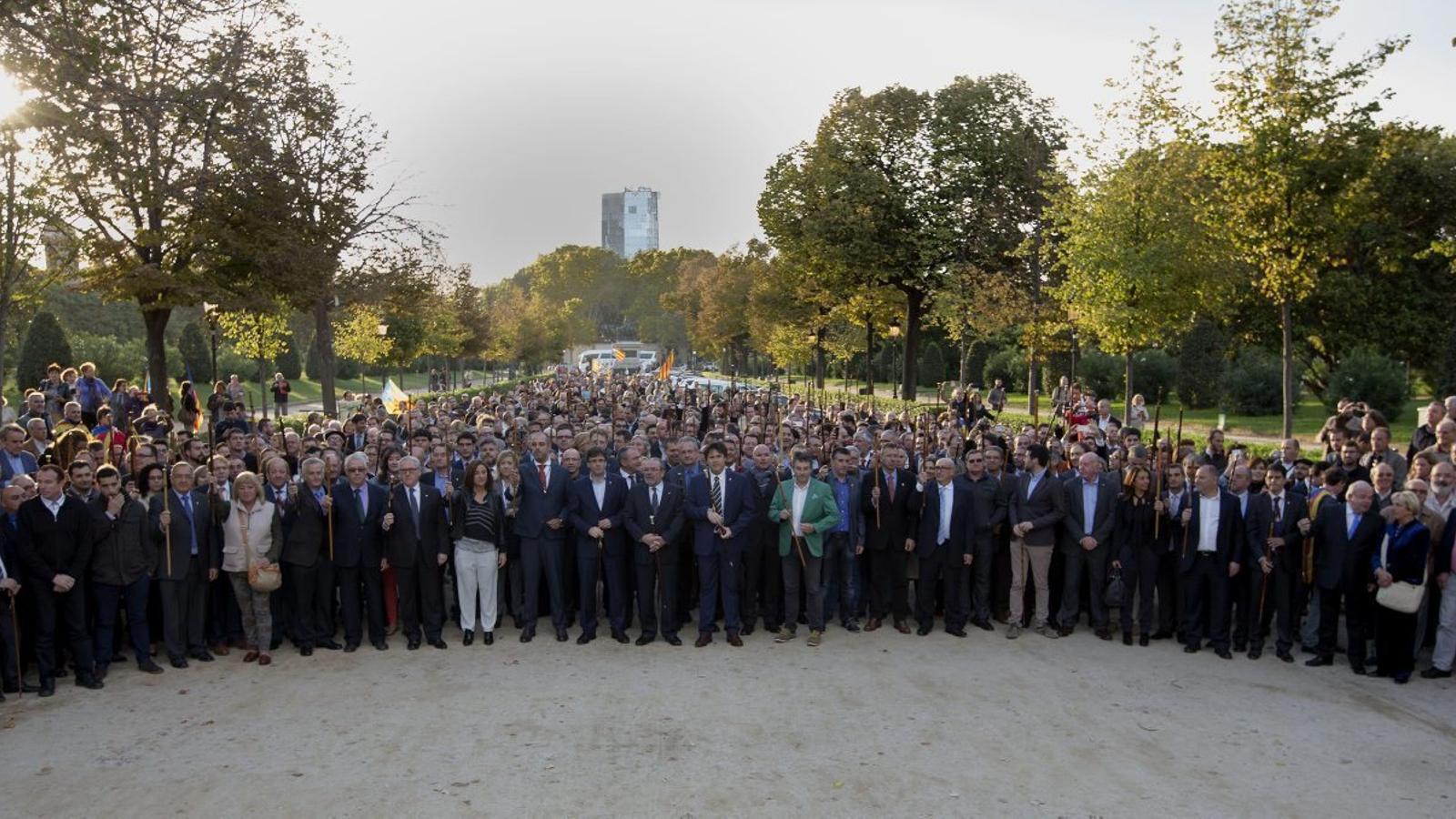 Centenars d'alcaldes, amb la vara que els acredita, el dia que Artur Mas va declarar al TSJC.