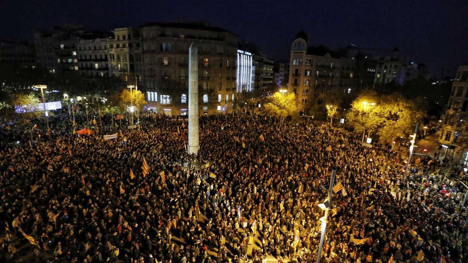 https://www.ara.cat/2018/12/21/imatges/manifestants-placa-del-Cinc-Oros_2147195621_59193305_540x343.jpg