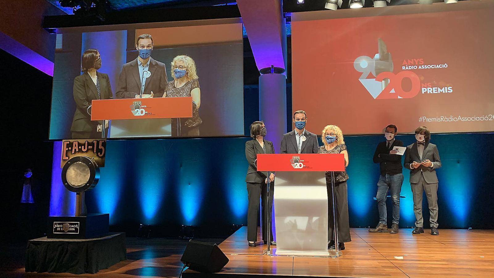 Els periodistes Anna Punsí, Benet Iñigo i Maria Núria Revetlle van recollir el premi al millor professional de ràdio.