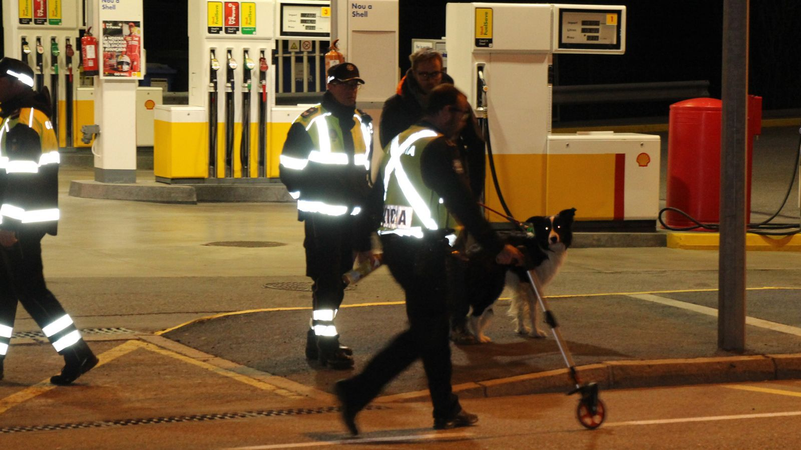 La policia investiga l'escenari on s'ha produït l'accident. / M. R. F.