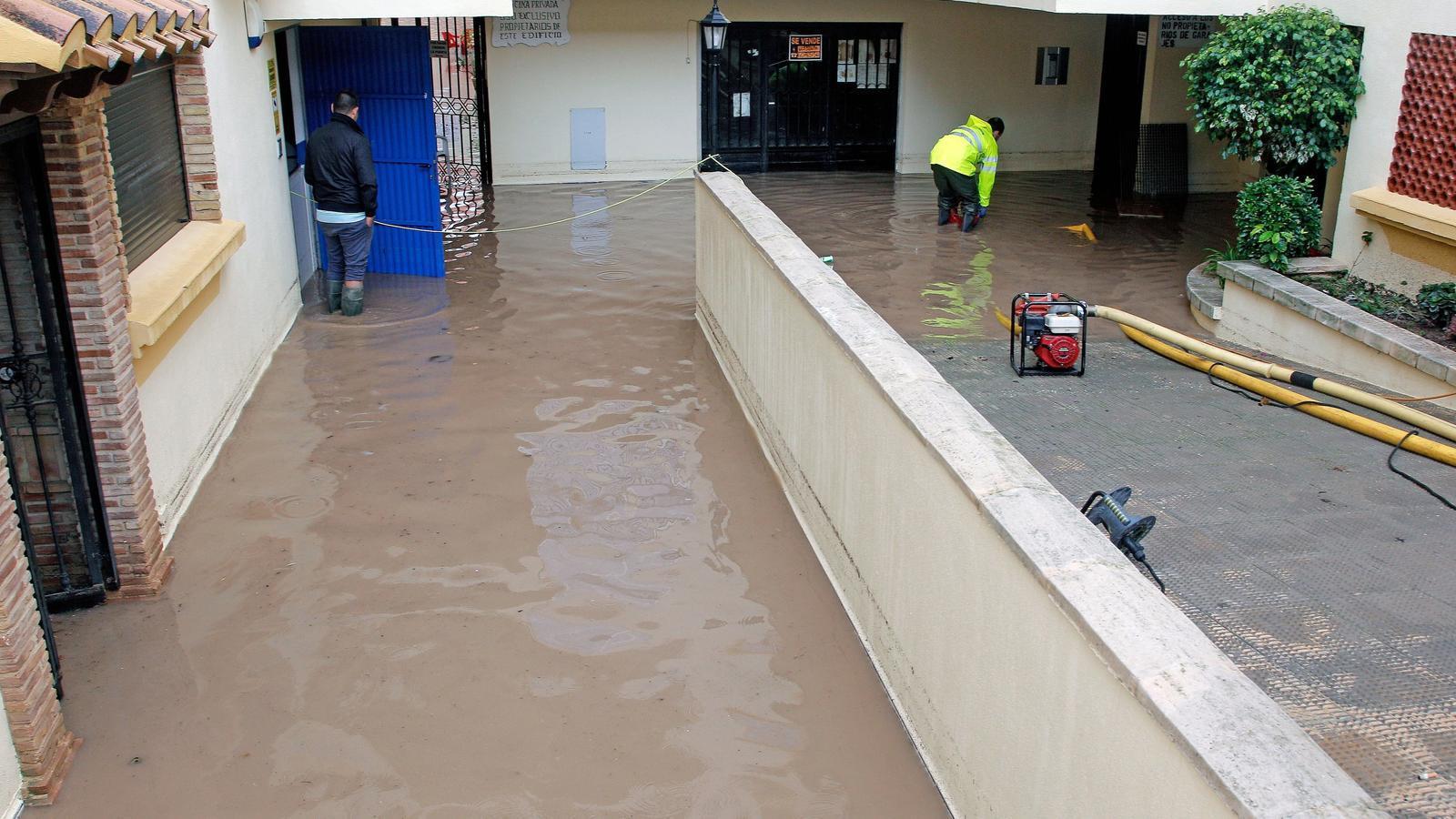Més de 50.000 estudiants del País Valencià no aniran avui a classe davant l'avís vermell per pluges fortes