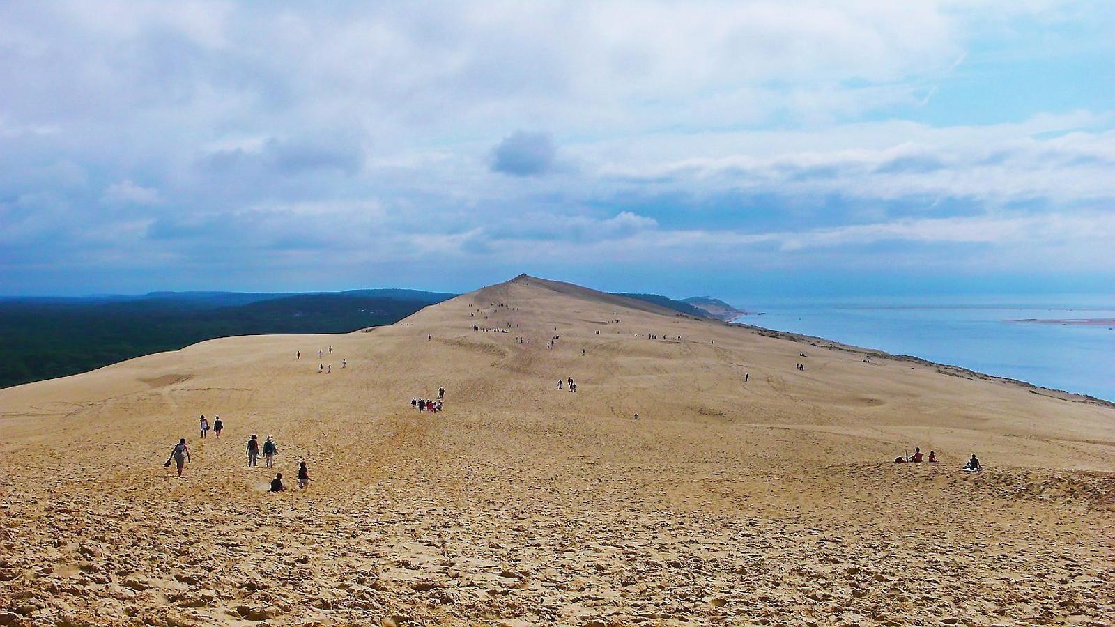 Duna de Pilat  França    Europa La Ròca Blanca,  també coneguda com a  duna de Pilat, s'estén  tres quilòmetres paral·lelament a la costa atlàntica i té una altura  de cent metres.