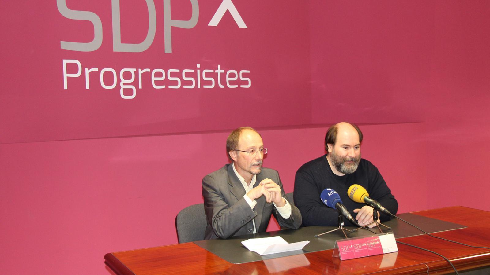El conseller general de Socialdemocràcia i Progrés, Víctor Naudi, i el secretari d'organització d'SDP, Joan-Marc Miralles, en la roda de premsa setmanal d'aquest dimarts. / E. J. M.