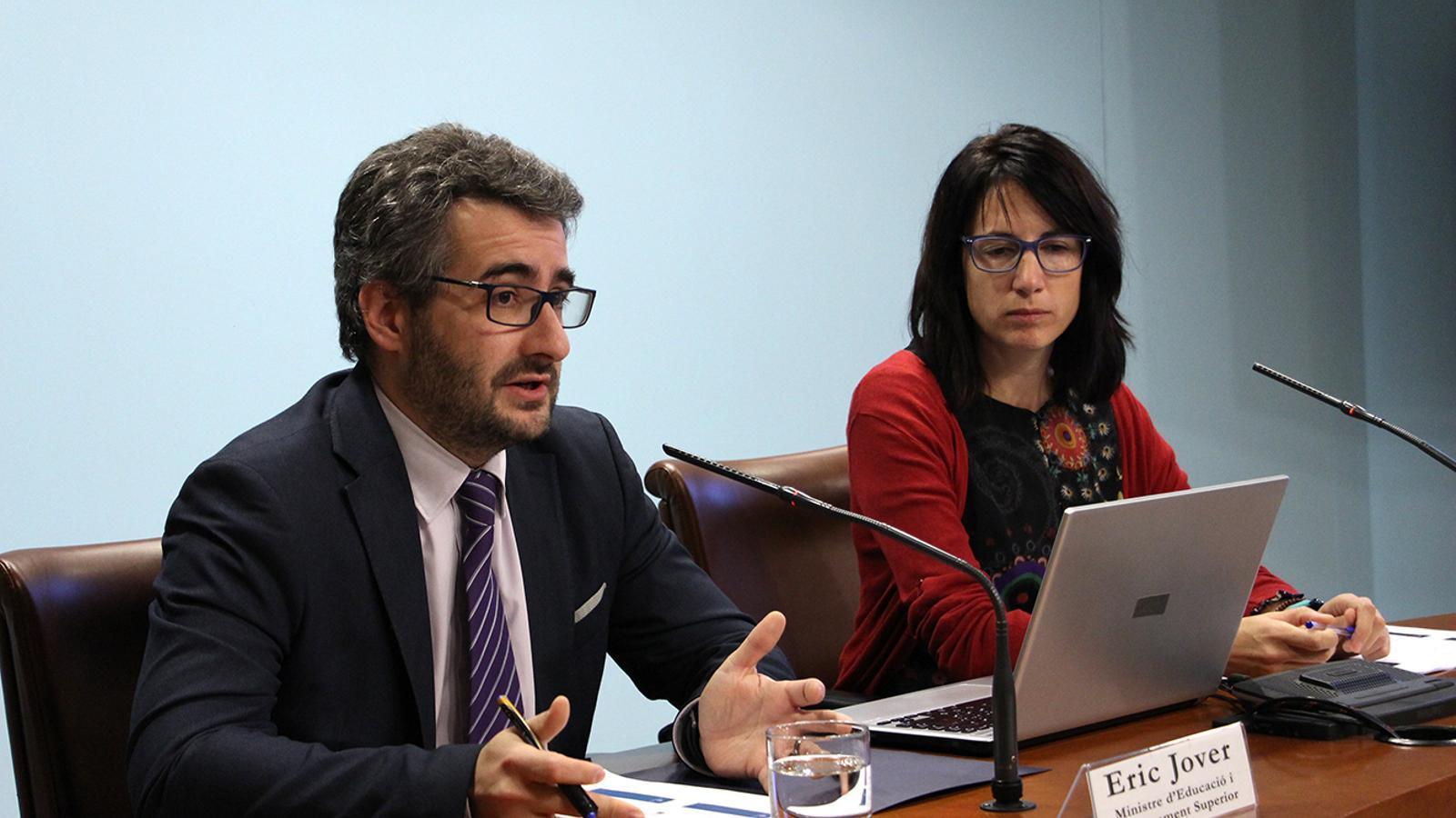El ministre d'Educació i Ensenyament Superior, Eric Jover, i la directora de l'AQUA, Marta Fonolleda, durant la roda de premsa de presentació de les dades. / M. M. (ANA)