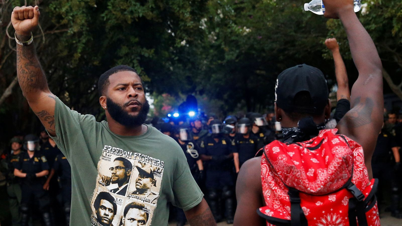 Dos manifestants de 'Black lives matter' davant d'un cordó policial a Baton Rouge, Louisiana