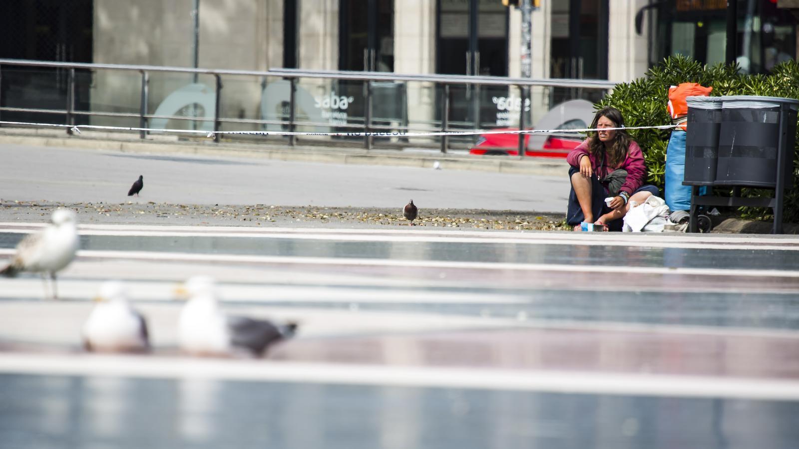 Una sensesostre a plaça Catalunya durant el confinament