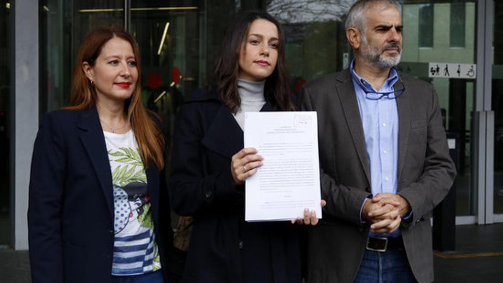 Inés Arrimadas a les portes de la Ciutat de la Justícia, abans de presentar una denúncia contra Arran