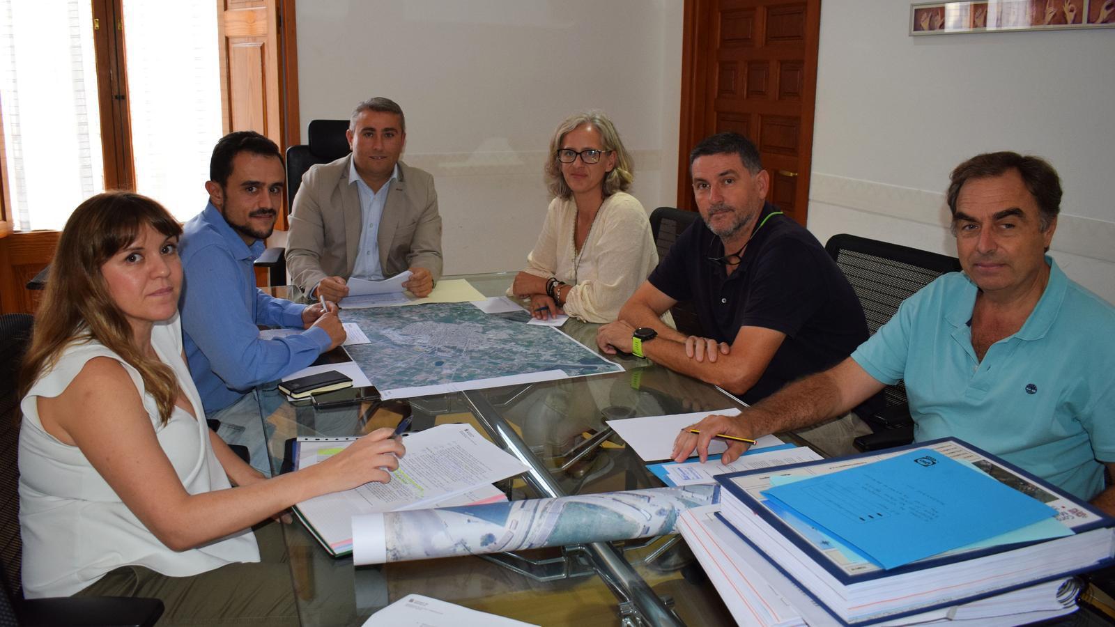 Membres del govern municipal i del Consell revisen el projecte de la Ronda.
