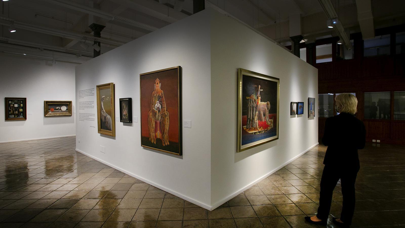 L'exposició que la Fundació Vila Casas dedica a Jesús de Villalonga inclou prop de 100 obres. En primer terme hi ha 'A la terra I' (esquerra) i  'Vaixell homes i dona'