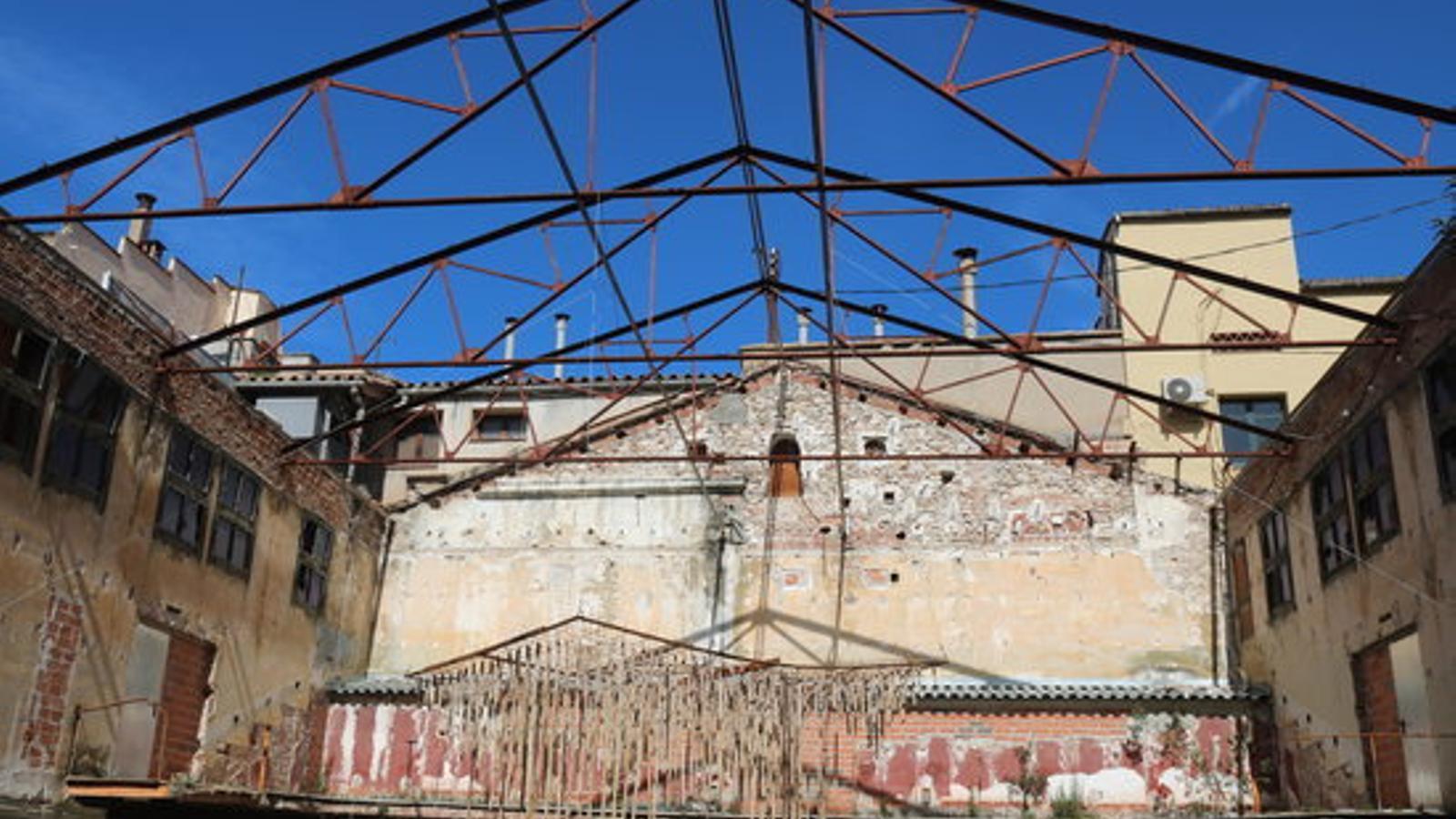 Imatge de les bigues del sostre malmès de la sala principal del cinema Modern de Girona