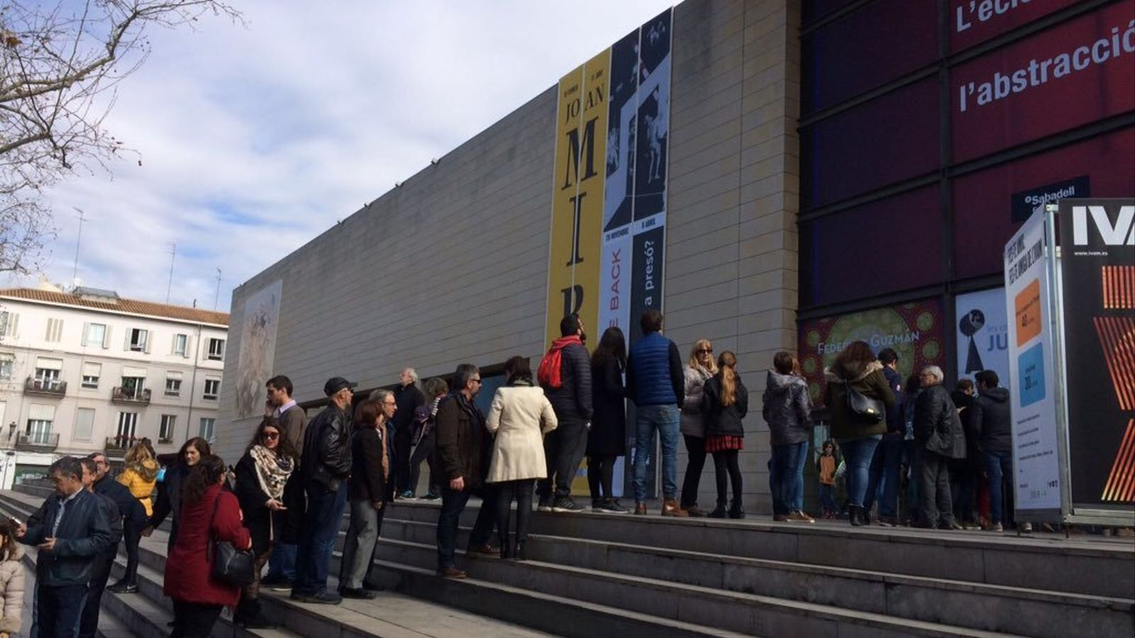 Cues a les portes de l'Institut Valencià d'Art Modern amb motiu de l'exposició sobre Joan Miró.