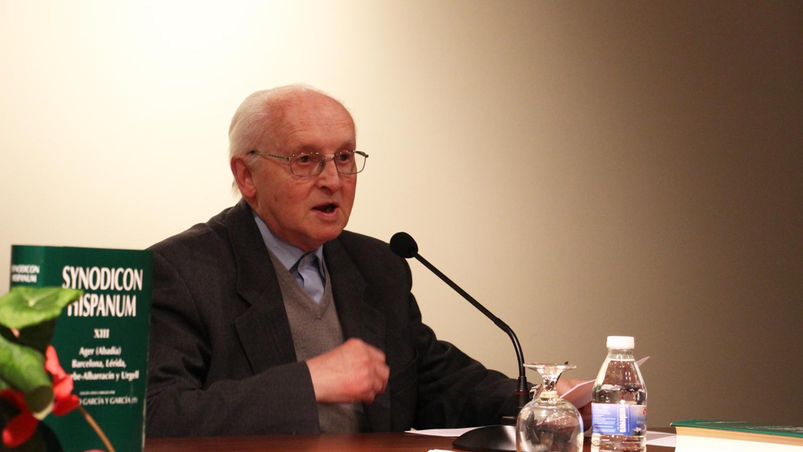 L'arxiver del Bisbat d'Urgell, mossèn Benigne Marqués, ha presentat el volum amb els sínodes d'Urgell aquest dimecres al vespre al Seminari d'Urgell. / E. J. M. (ANA)
