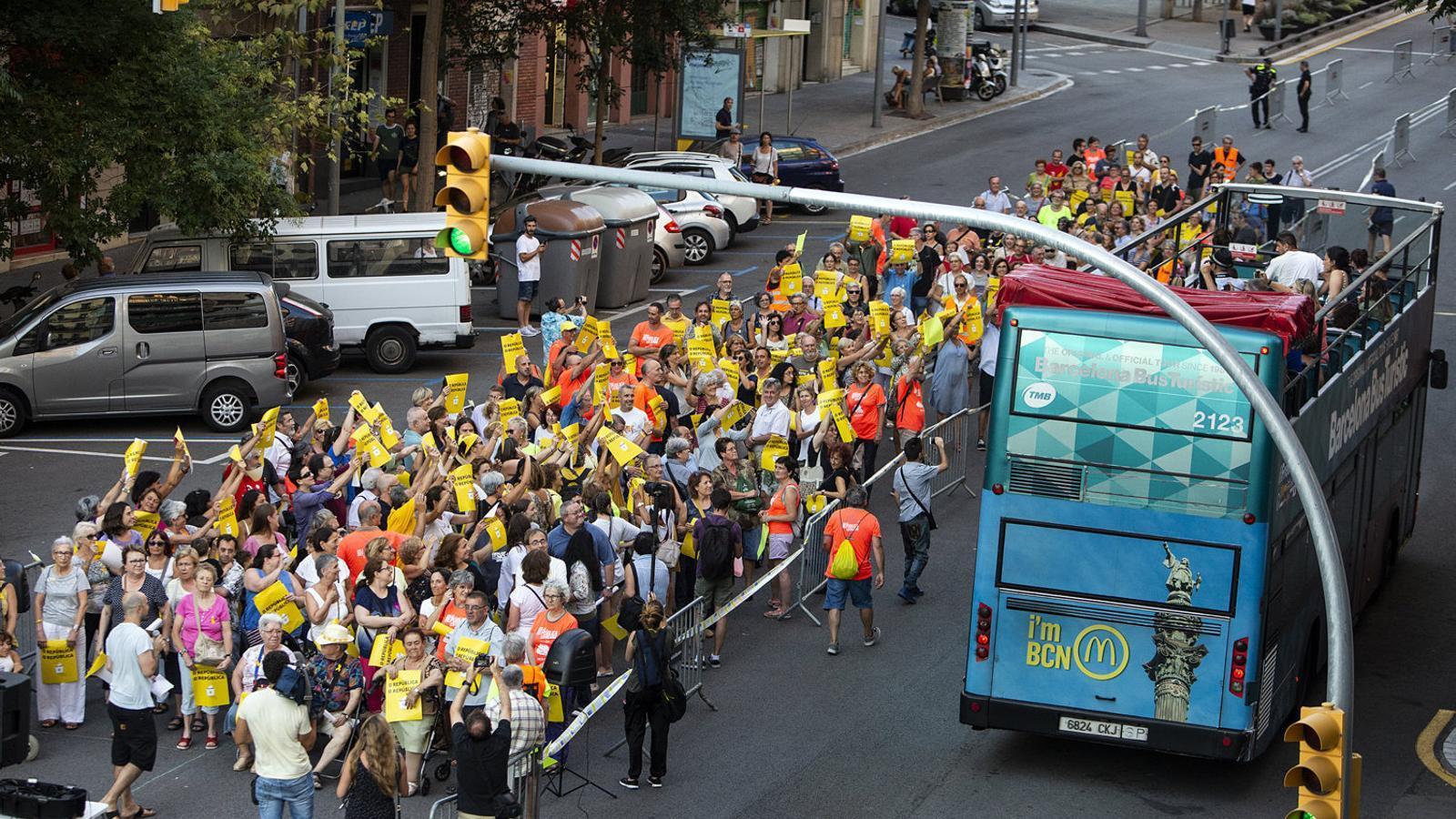 Més de 200 persones van participar en l'assaig de la performance de la Diada que va tenir lloc ahir pels carrers del barri de Gràcia de Barcelona.