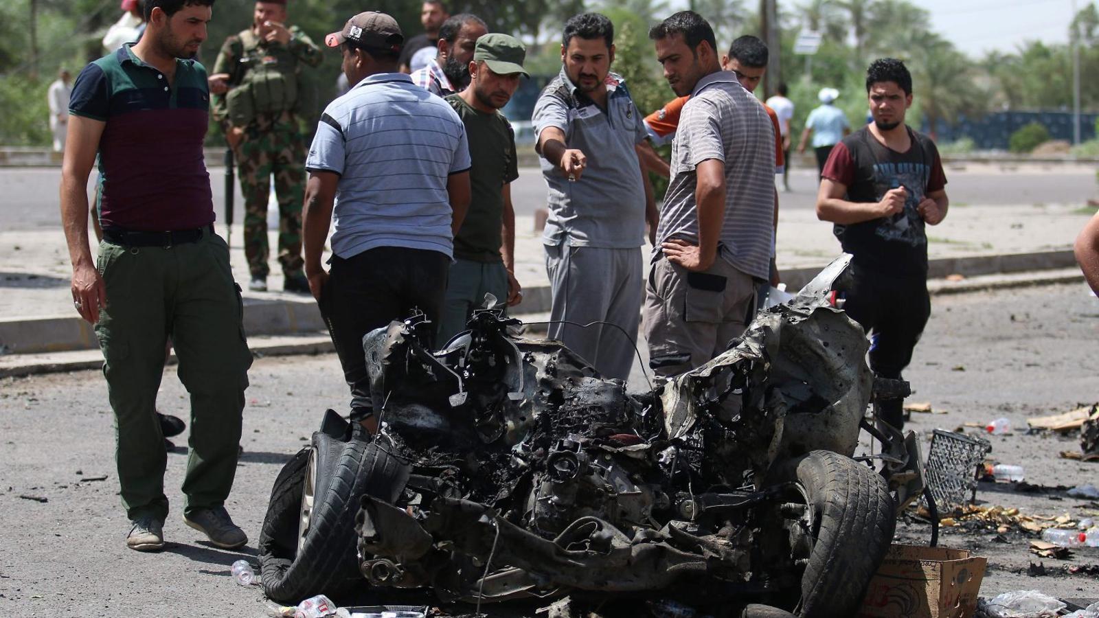 Forces iraquianes mirant les restes de l'atemptat suïcida contra pelegrins que recordaven la mort de l'imam Musa al-Kazem a Bagdad.