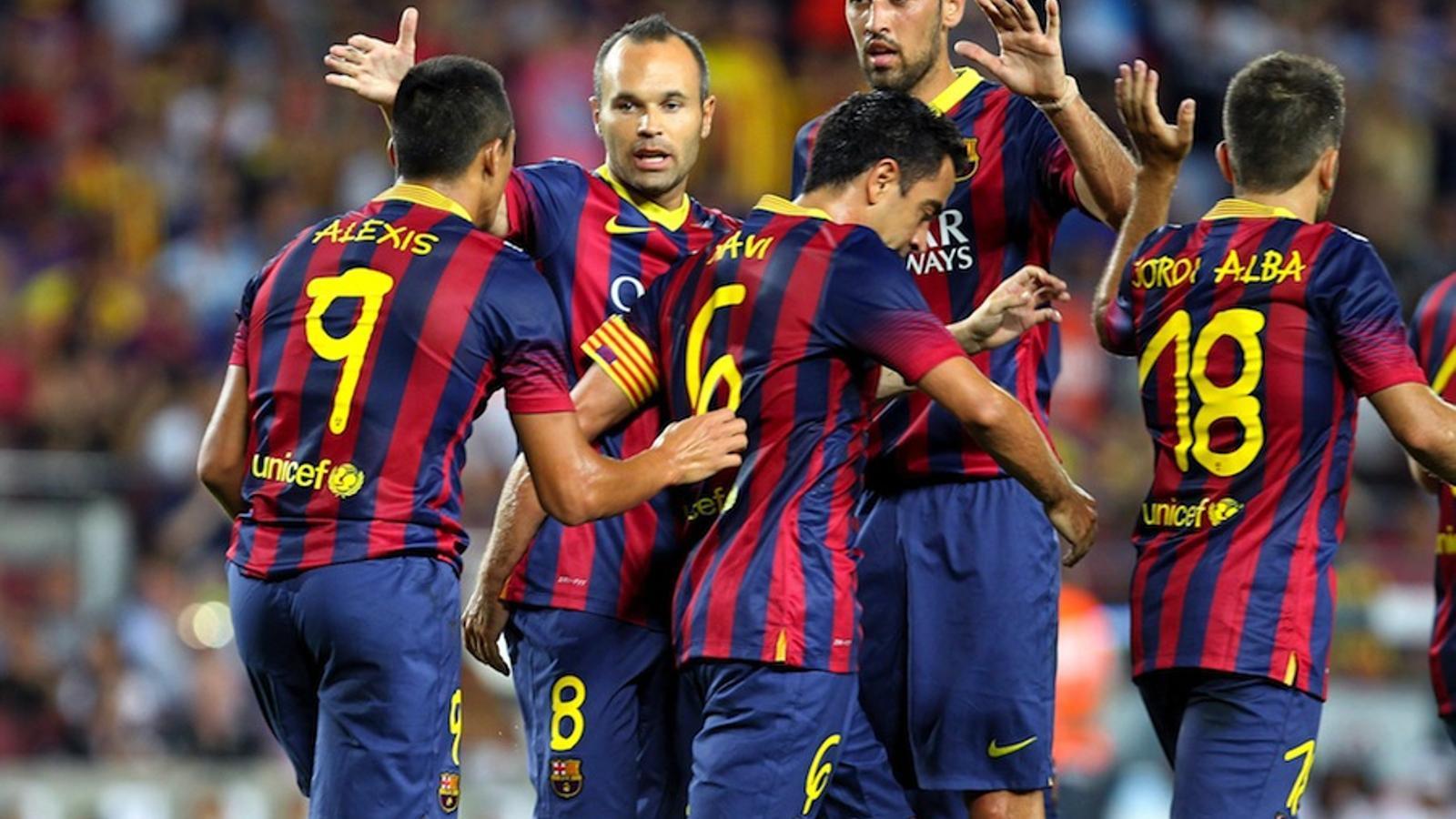Iniesta i Busquets feliciten Alexis pel seu gol al Gamper
