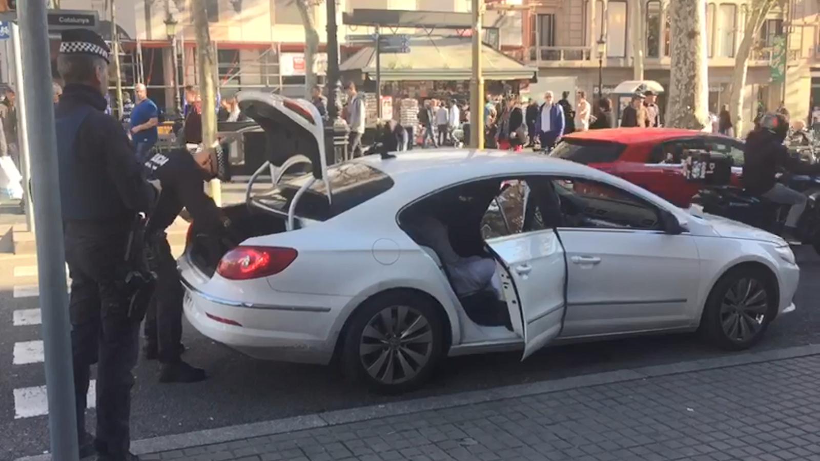 Agents dels Mossos i la Guàrdia Urbana escorcollant un cotxe que accedia a la Rambla
