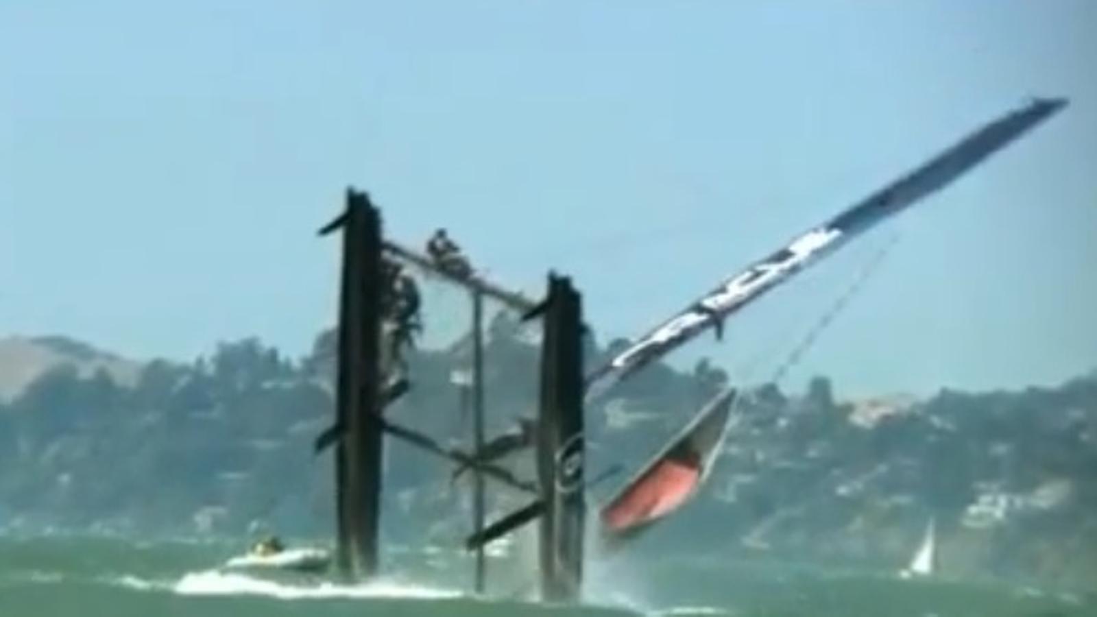 El catamarà Oracle AC45 bolca en plena sortida al mar