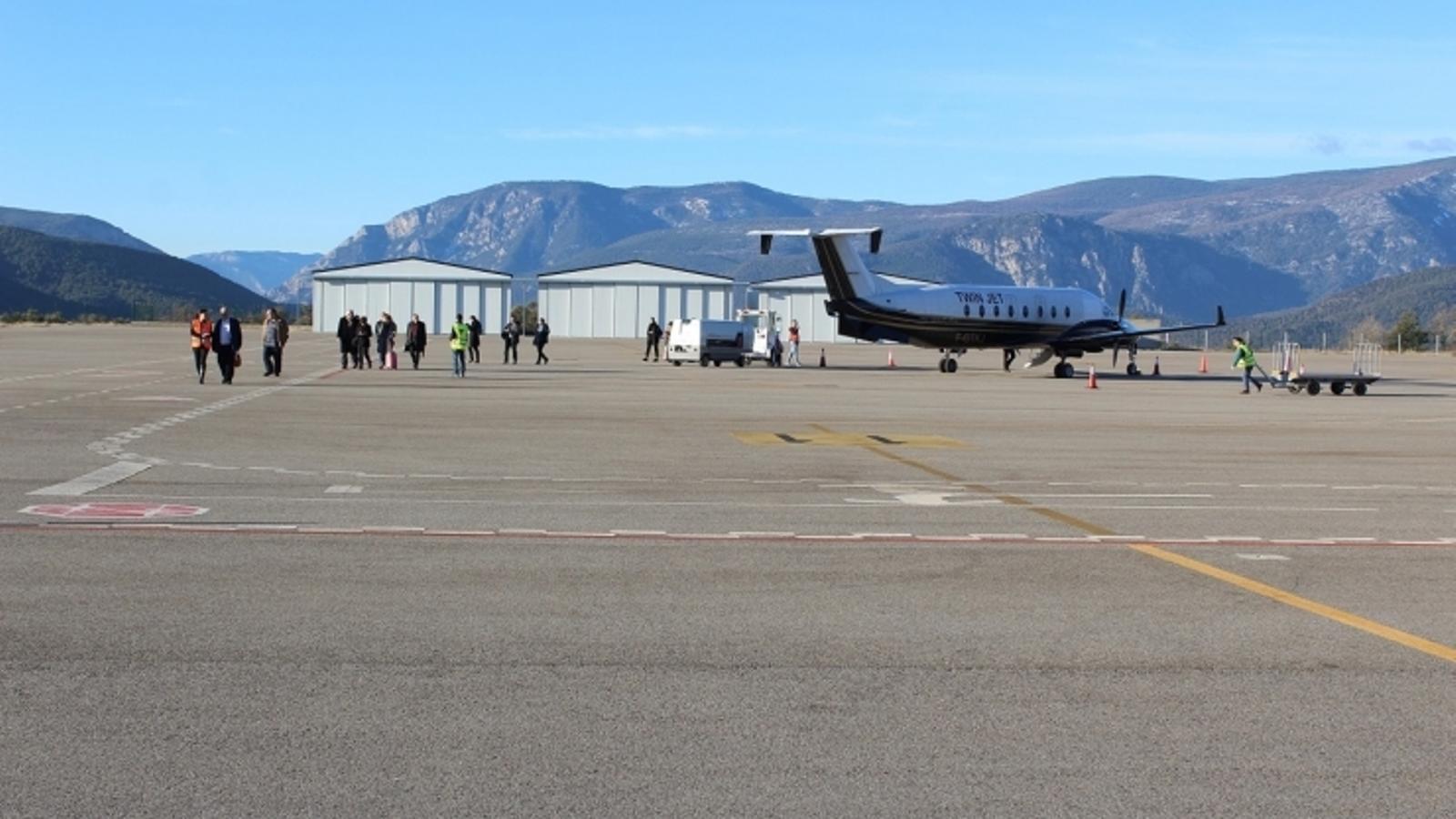 Els viatgers travessen la pista després de l'arribada d'un vol el mes passat a l'aeroport d'Andorra-la Seu d'Urgell. / AJUNTAMENT DE LA SEU D'URGELL