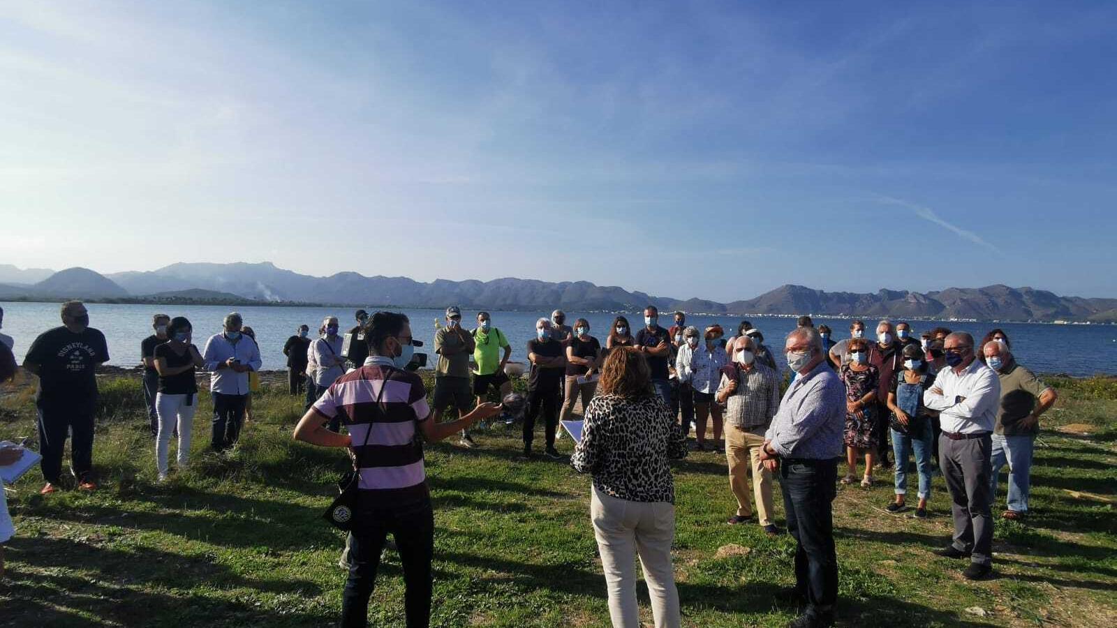 Reunió a la platja entre l'Ajuntament d'Alcúdia i els veïns des Corral den Bennàssar./ AJUNTAMENT D'ALCÚDIA