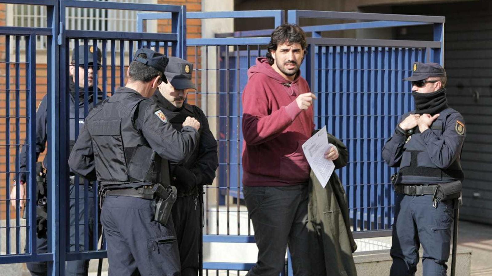 L'alcalde de Verges, Ignasi Sabater, al sortir de la comissaria de la Policia Nacional de Girona