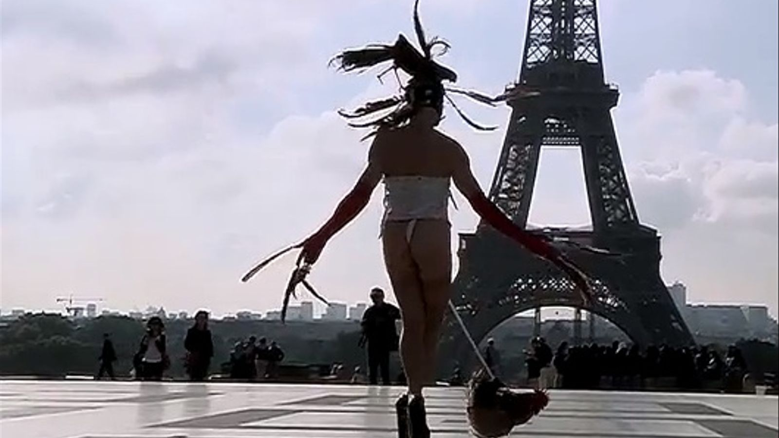 Condemnat per exhibicionisme un artista que es va passejar davant la torre Eiffel amb un gall lligat al penis