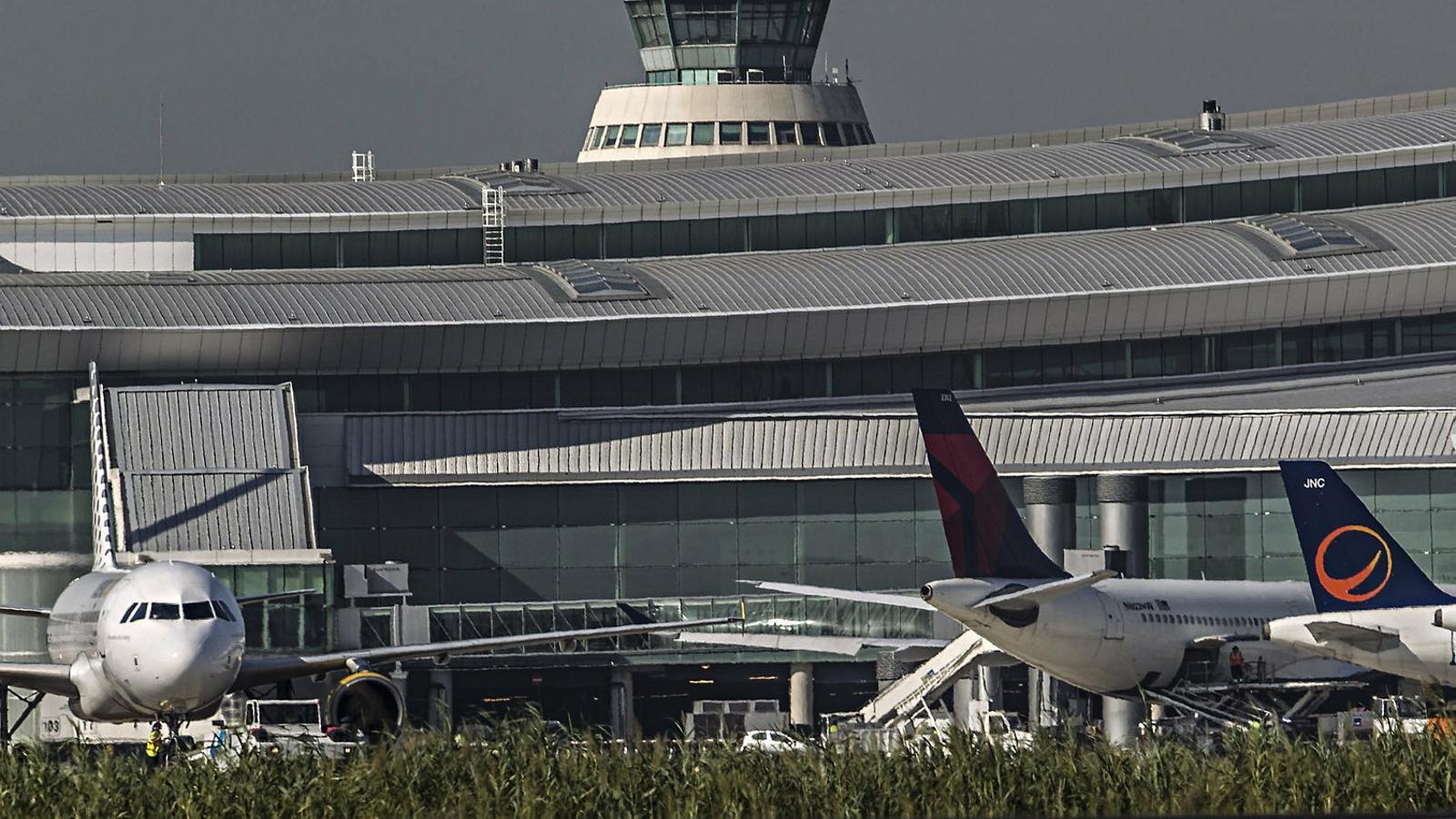 L'aeroport del Prat vist des de les pistes, un dels focus de la seva possible ampliació.