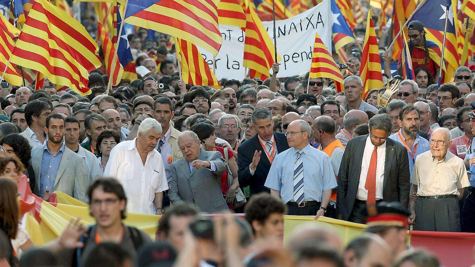 Els presidents Pasqual Maragall, Jordi Pujol i José Montilla, al capdavant de la manifestació.