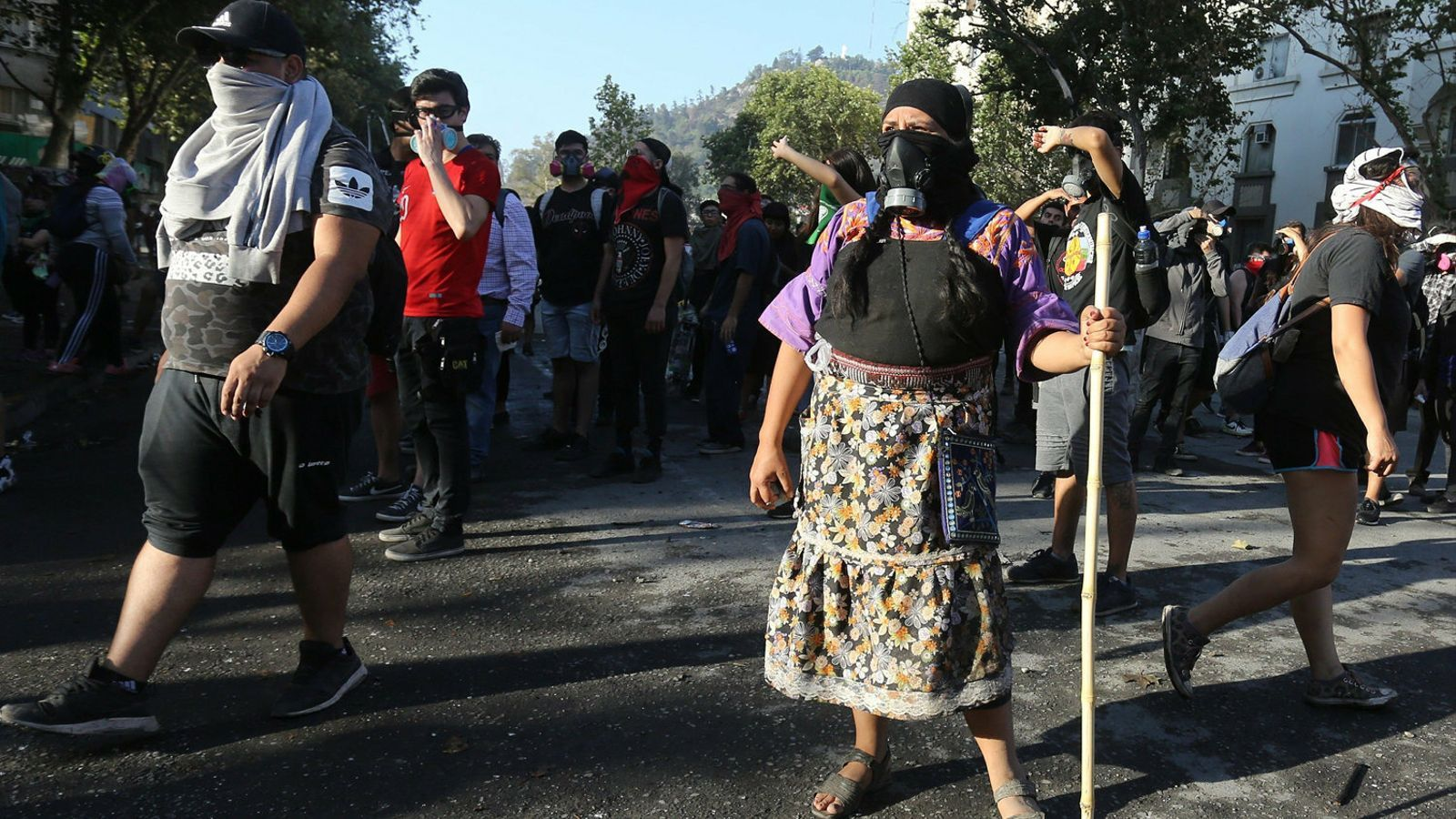 Una dona amb indumentària indígena participant a les protestes contra el govern de Sebastián Piñeira a Santiago de Xile.