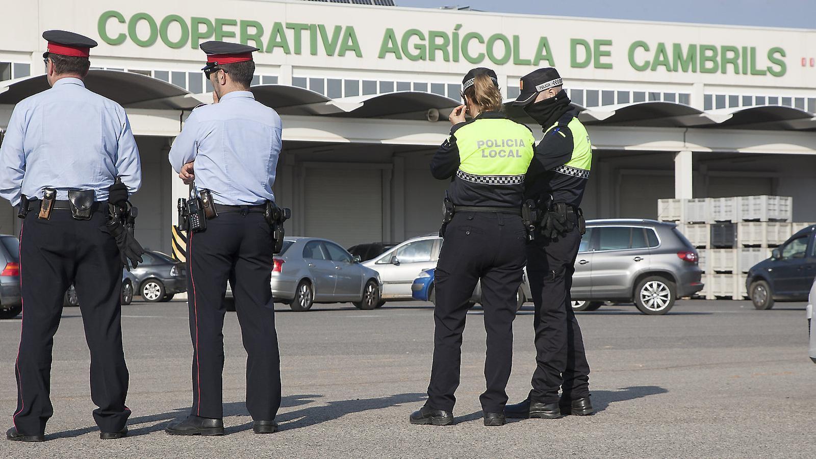 Vigilància policial davant la Cooperativa de Cambrils el 2015.