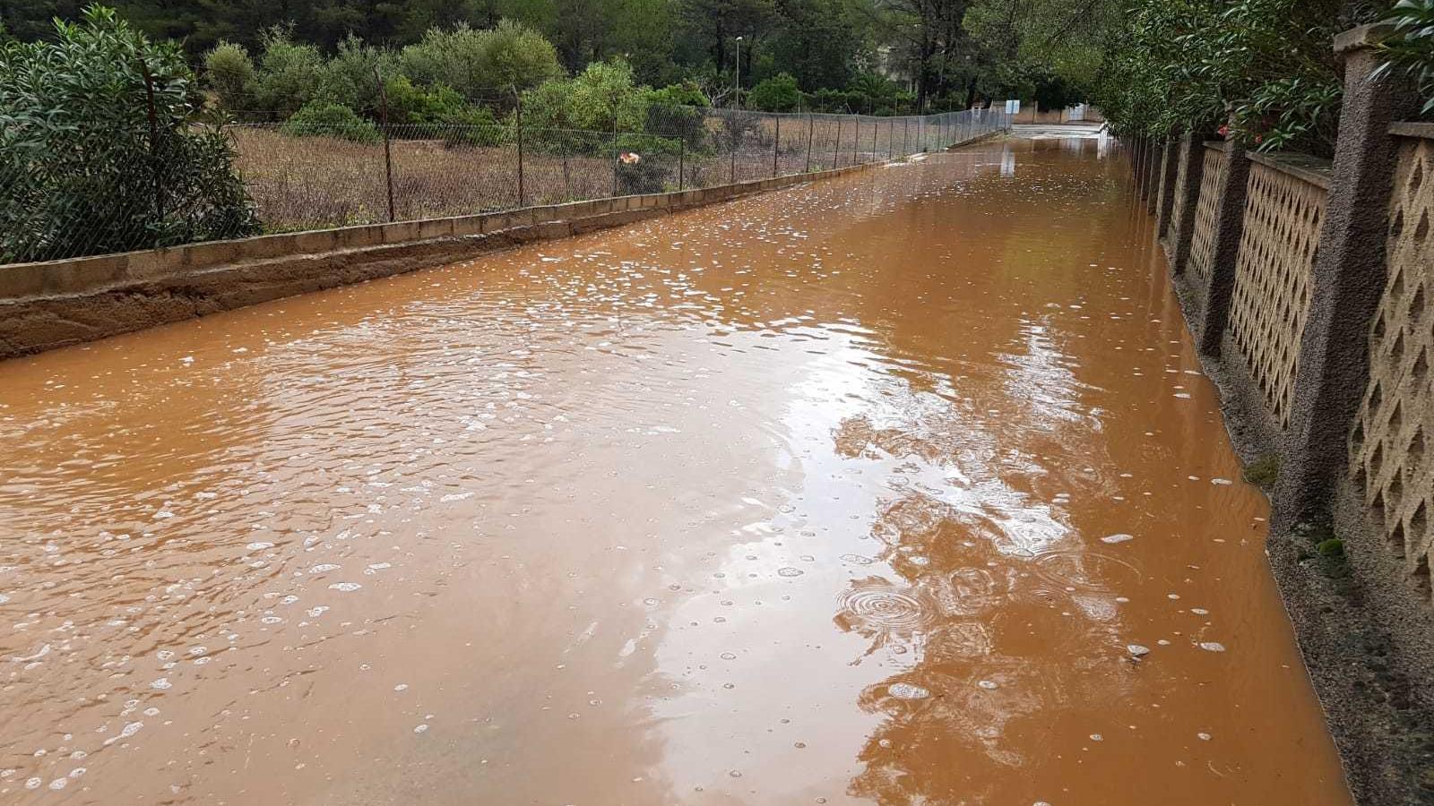 La pluja desborda el torrent d'Erbossar i obliga a tallar tres carreteres de Pollença