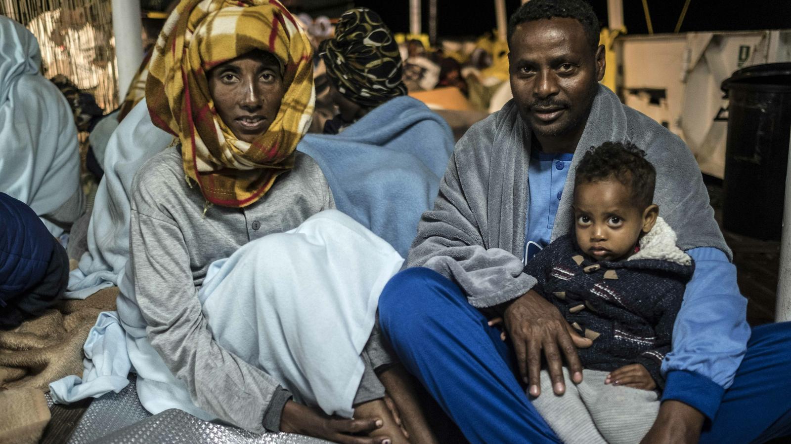 Foto d'arxiu de Gebru Gebretinsa  i Letebrhan Tesfagaber, amb la seva filla petita. Provinents d'Eritrea, van ser rescatats per l'Open Arms al Mediterrani central, l'any 2018