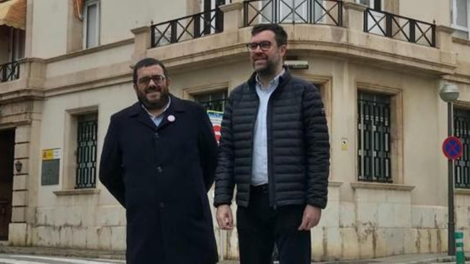 Vicenç Vidal i Antoni Noguera davant l'edifici que va ser la casa del batle Emili Darder i que avui en dia és seu de la Delegació de Defensa de Balears