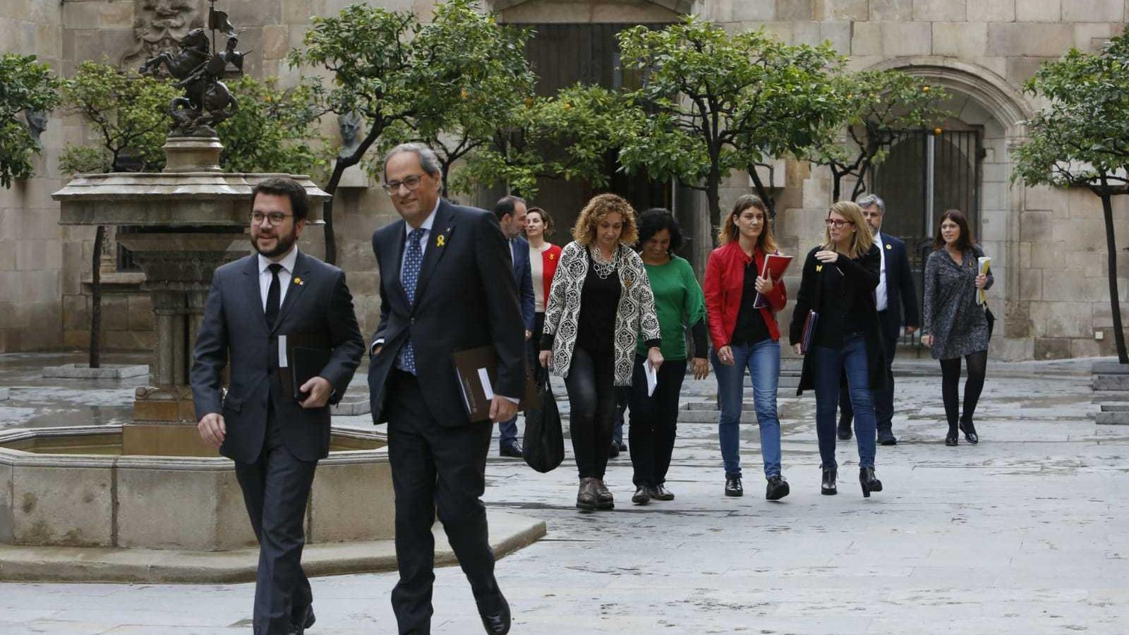 El president de la Generalitat, Quim Torra, i el vicepresident, Pere Aragonès, al capdavant dels representants dels partits que participen a la taula de diàleg a Palau