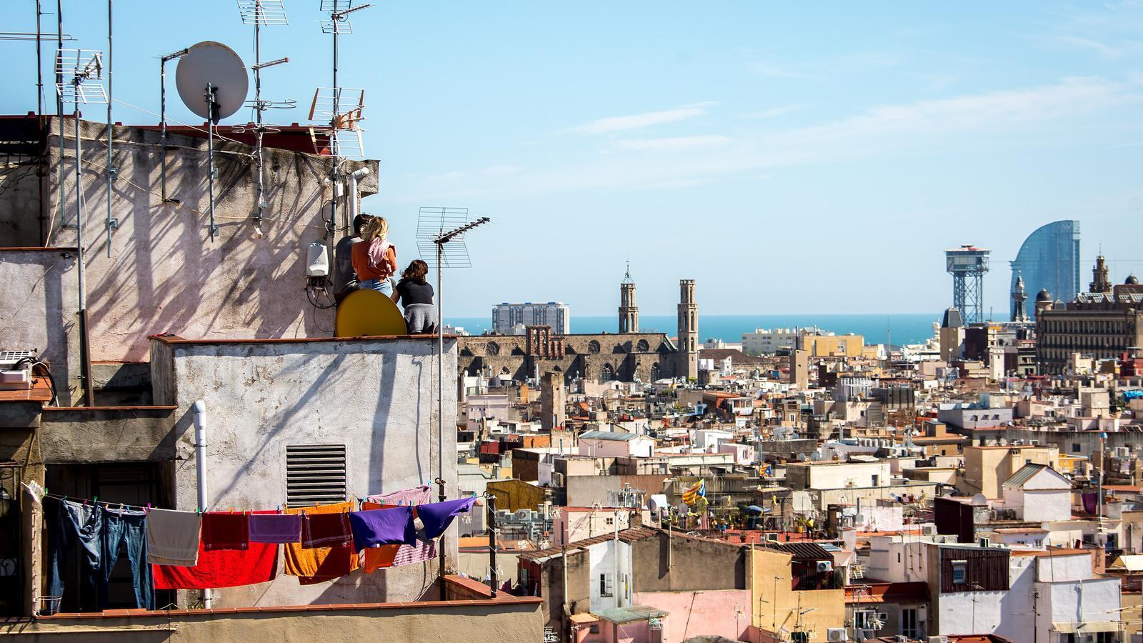 Terrats i terrasses de Barcelona durant el confinament per la pandèmia del coronavirus, vistes des del barri de la Ribera