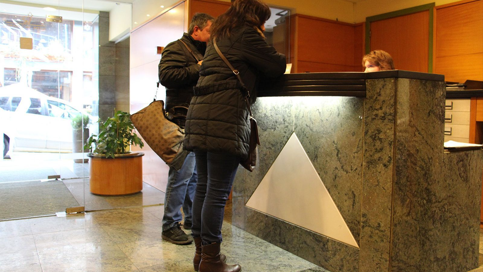 Turistes a la recepció d'un hotel. / ANA