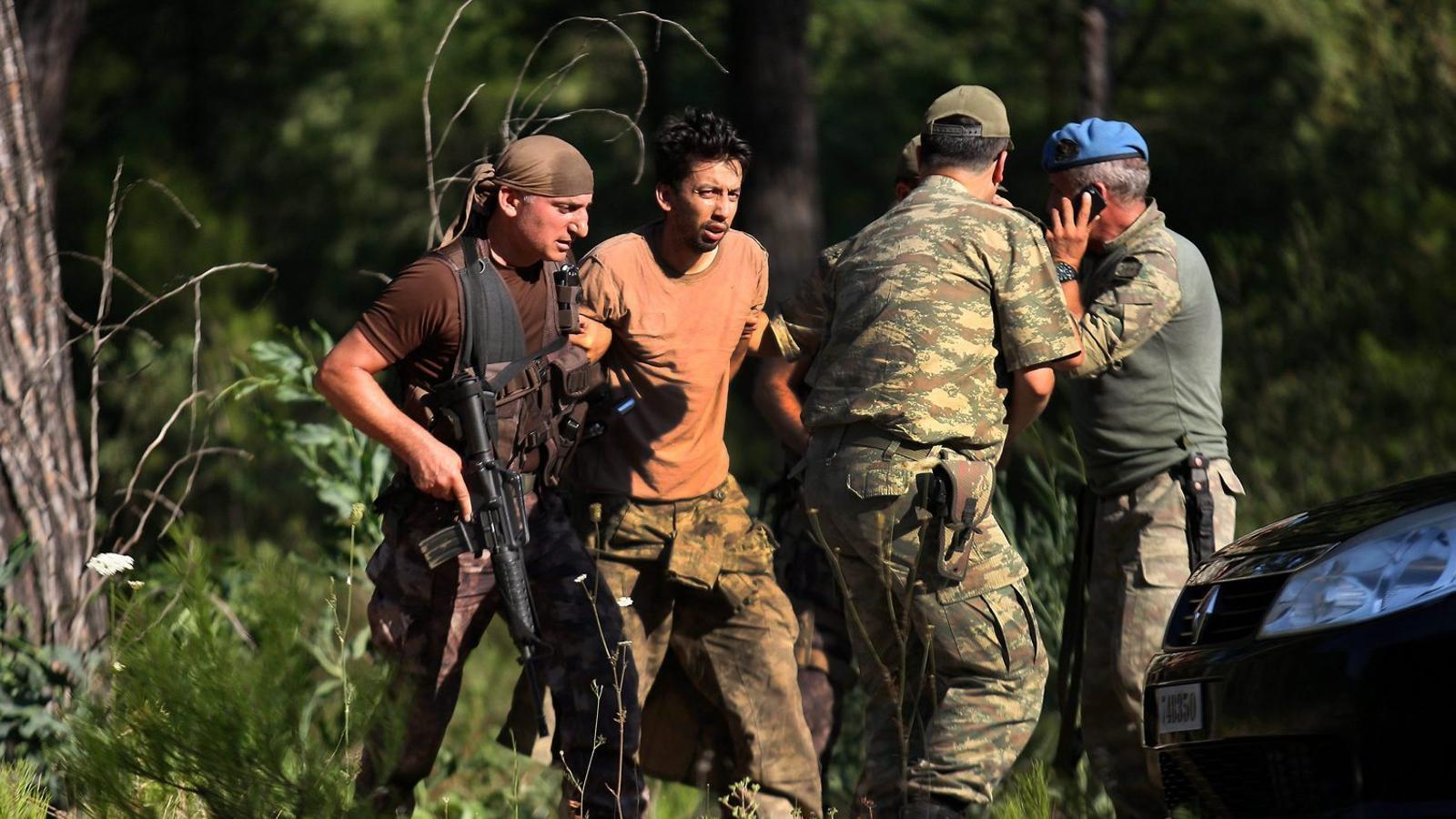 Soldats detenint el sergent Erkan Cikat, que va fugir després del cop, ahir a Marmaris.