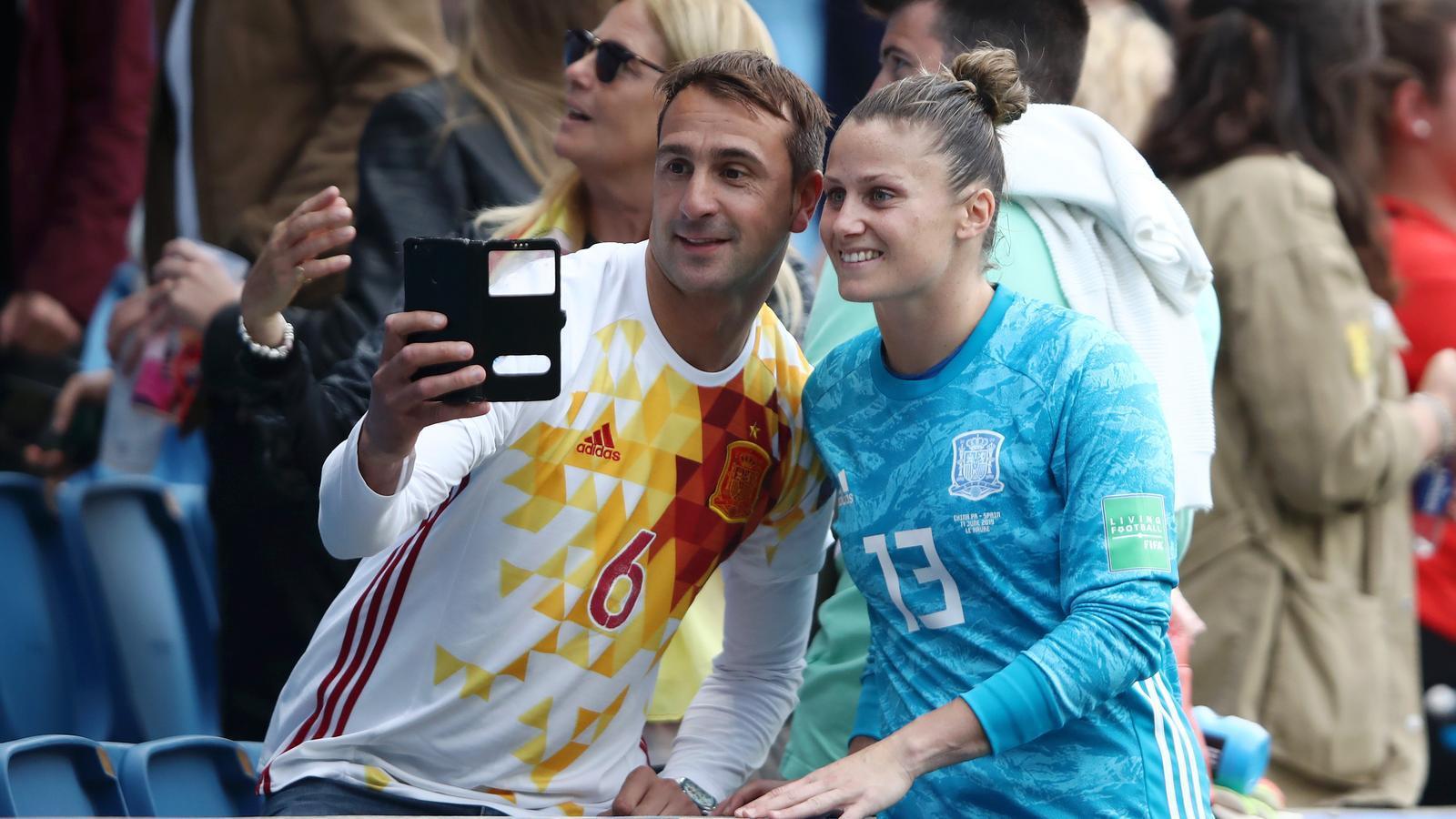 Sandra Paños, portera de la selecció espanyola, posant per un selfie