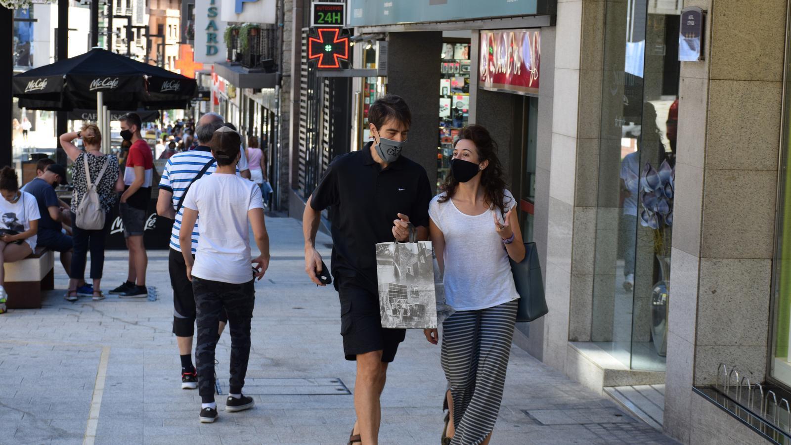 Gent passejant per l'avinguda Meritxell amb mascareta. / ANA