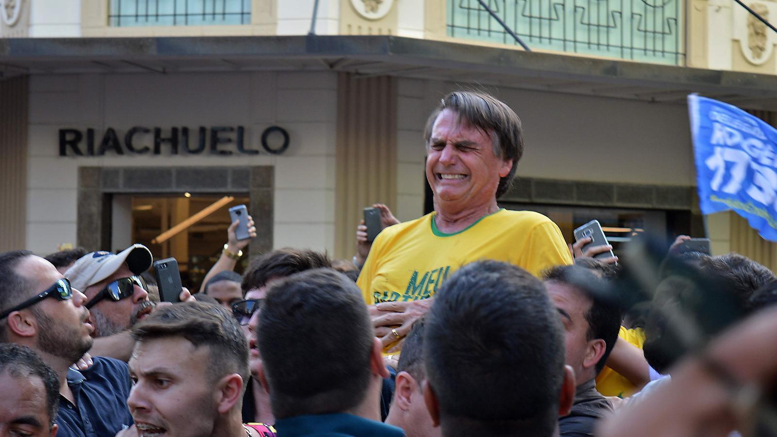Apunyalen el candidat ultra Bolsonaro a un mes de les eleccions del Brasil