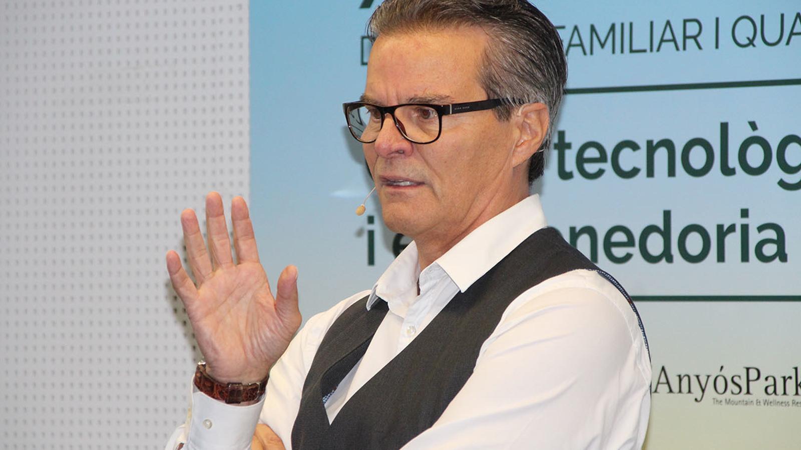 El neurocirurgià John Manglardi ha presentat el projecte Optimus, una solució tecnològica als quiròfans convencionals. / B.N. (ANA)