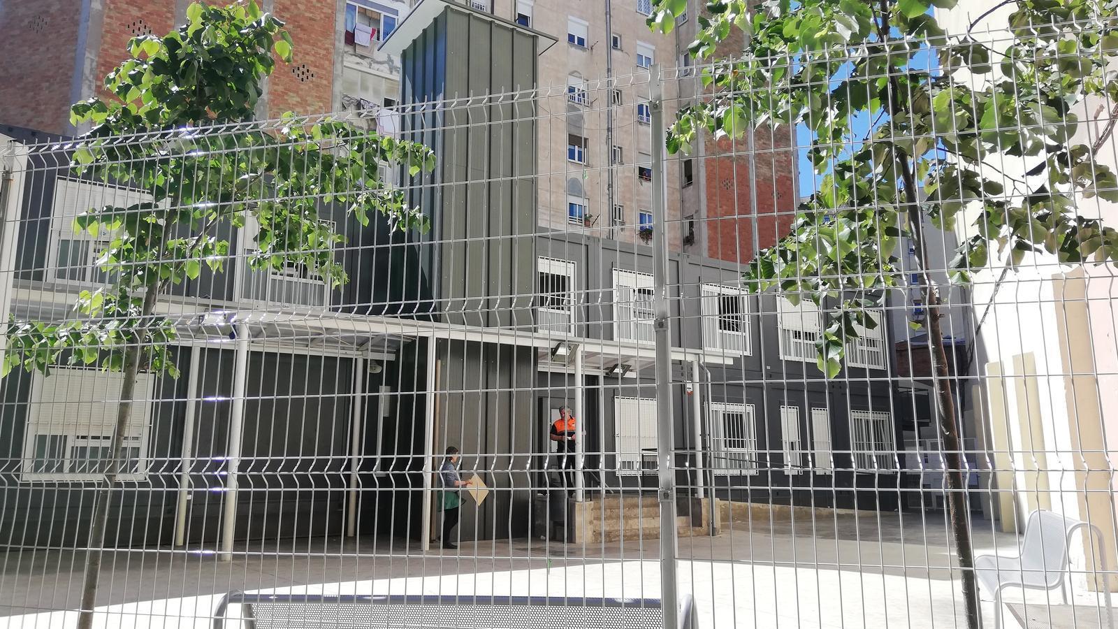 Tanca el centre d'emergència per a 'menes' instal·lat en uns barracons de l'Eixample