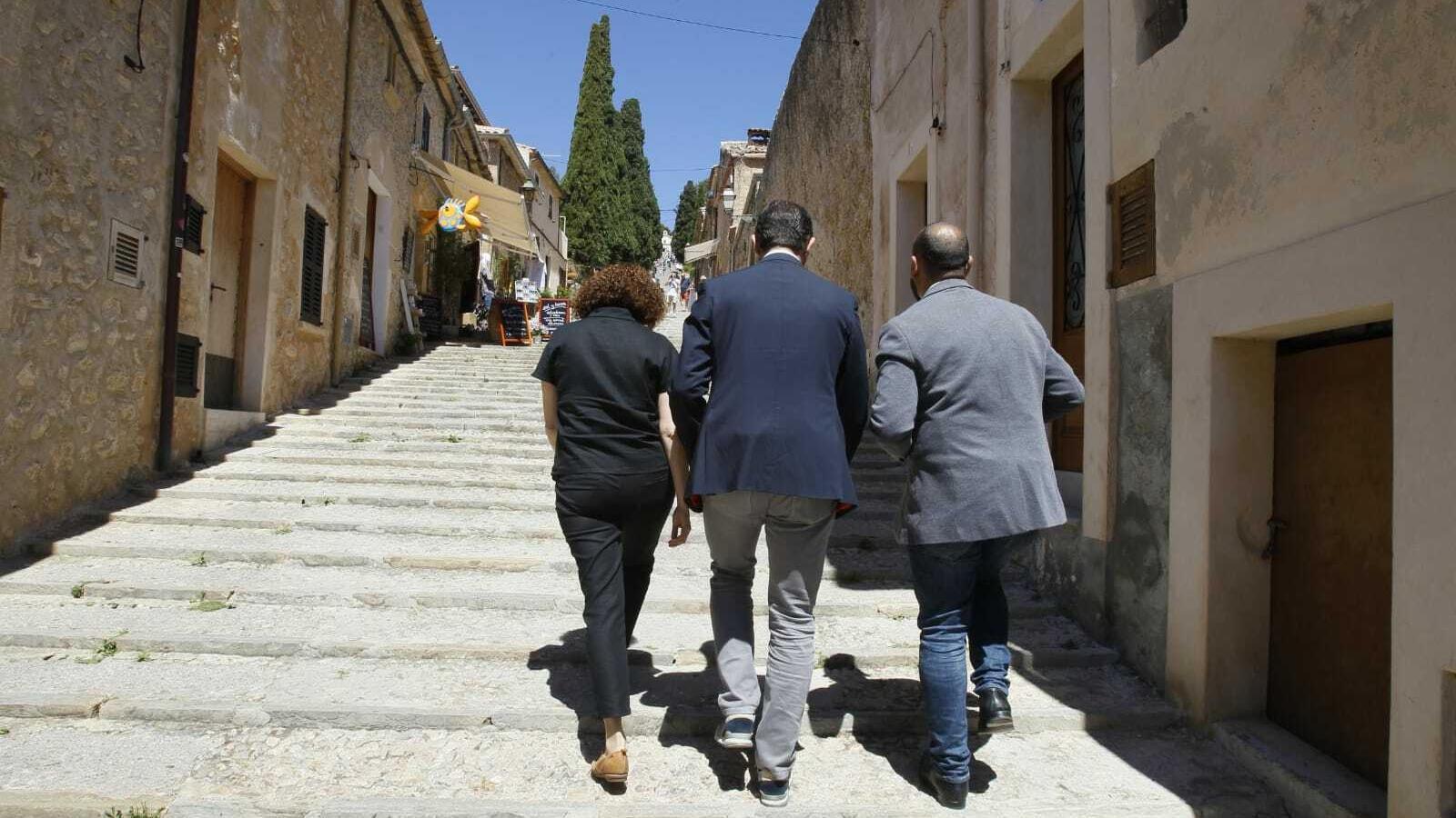 Ciutadans puja les escales del carrer del Calvari a Pollença.